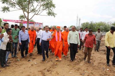 Acharya Swamishree Maharaj walks to the sabha mandap