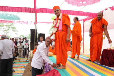Acharya Swamishree Maharaj gives darshan to guests