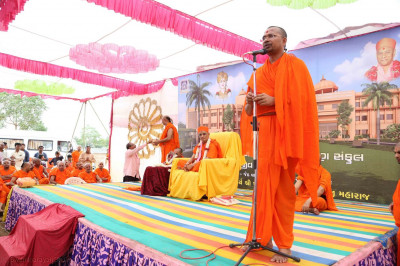 Santshiromani Shree Gurupriyadasji Swami gives a speech