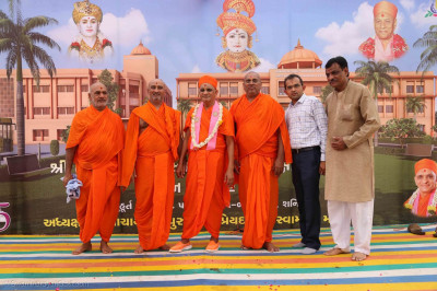 Acharya Swamishree Maharaj gives darshan with sants and disciples