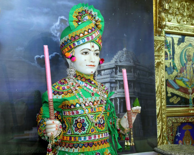 Shree Ghanshyam Maharaj gives darshan on Sharad Poonam