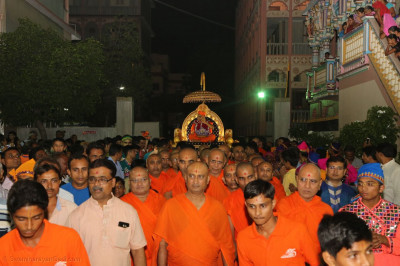 Acharya Swamishree Maharaj enters the compound