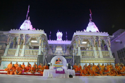 Acharya Swamishree Maharaj and sants give darshan in front of Maninagar Mandir