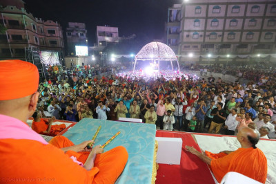 Acharya Swamishree Maharaj gives darshan during the finale