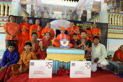 Acharya Swamishree Maharaj gives darshan to the singers and intrument players