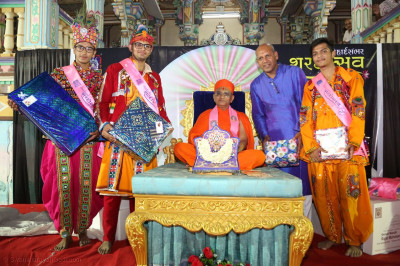 Acharya Swamishree Maharaj gives darshan to the competition winners