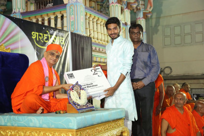 Acharya Swamishree Maharaj gives darshan to the judges