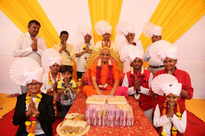 Acharya Swamishree Maharja gives darshan to disciples on whose behalf the parayan took place