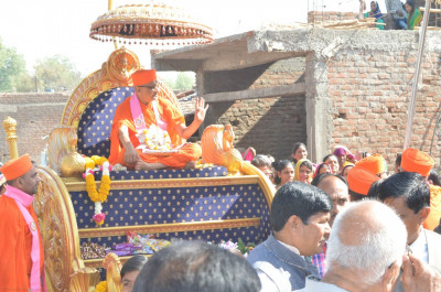 His divine Holiness Acharya Swamishree showers His divine blessings on all during the procession