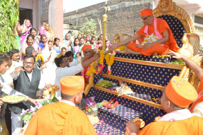 Disciples offer garlands of freshj flowers to Acharya Swamishree during the procession