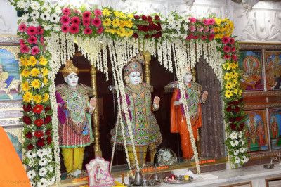 Divine darshan of the Murtis at Shree Swaminarayan Mandir Vadodara