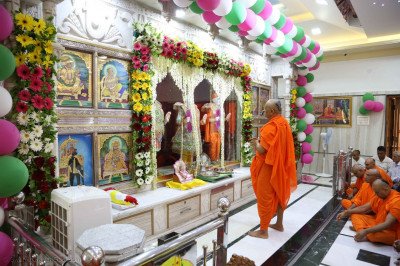 Acharya Swamishree Maharaj prays to the Lord