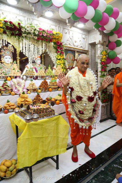 Acharya Swamishree Maharaj gives His divine darshan