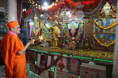 Acharya Swamishree Maharaj performs aarti at Bakrol Mandir