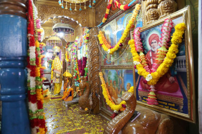 Darshan of the Murtis in the sinhasan