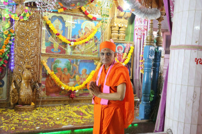 Acharya Swamishree Maharaj gives darshan in front of the sinhasan