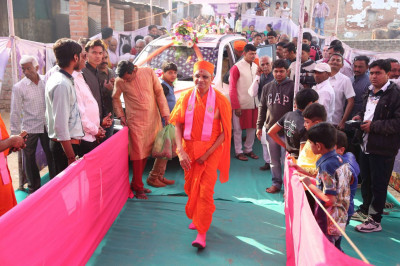 Acharya Swamishree Maharaj arrives at the sabha mandap