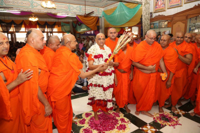 Acharya Swamishree Maharaj performs the annakut aarti with sants