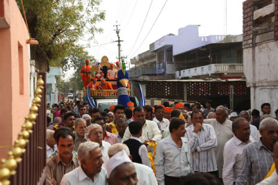The procession along the streets of Salal