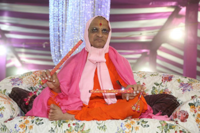 Divine darshan of Acharya Swamishree Maharaj during the raas