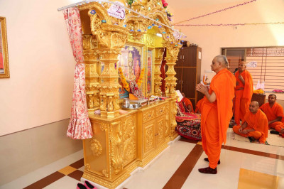 Acharya Swamishree Maharaj performs the patotsav ceremony