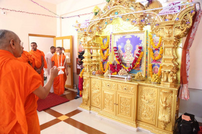 Aarti is performed by Acharya Swamishree Maharaj