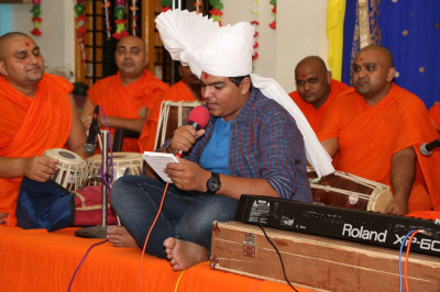 A kirtan being sung by a disciple