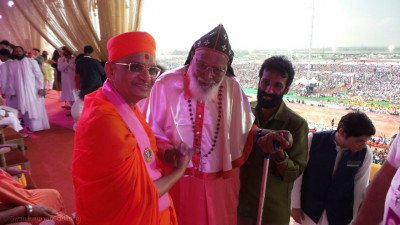 Acharya Swamishree Maharaj with one of the leaders of the Christian faith