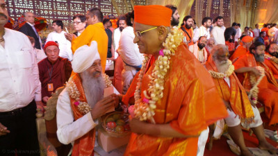 Giani Gurbachan Singh Ji of the Sikh faith meets Acharya Swamishree Maharaj