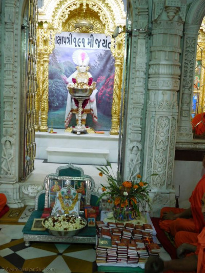 Divine darshan of Lord Shree Swaminarayan dining on pop corn, dried fruits and sweets