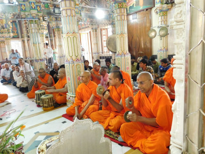 Sants and disciples sing devotional songs as the Shikshapatri recital concludes