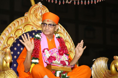 His Divine Holiness Acharya Swamishree showers His divine blessings on all seated on the golden chariot