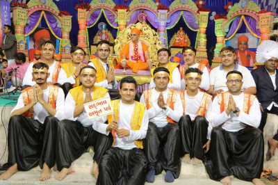 His Diivne Holiness Acharya Swamishree blesses disciples who performed the devotional dance