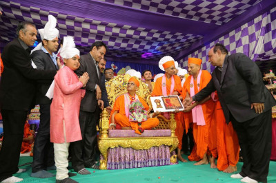 Disciples present a special momento to His Divine Holiness Acharya Swamishree on the occassion of the year long celebrations of Sadbhav Amrut Parva of Acharya Swamishree Maharaj
