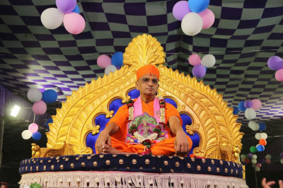Divine darshan of Acharya Swamishree Maharaj and Shree Harikrishna Maharaj