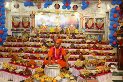 Divine darshan of Lord Shree Swaminarayan, Jeevanpran Shree Abji Bapashree, Jeevanpran Shree Muktajeevan Swamibapa and His Divine Holiness Acharya Swamishree with the huge annakut