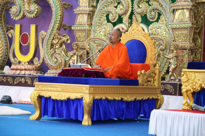 Sant Shiromani Shree Gurupriyadasji swami performs the scripture recitals