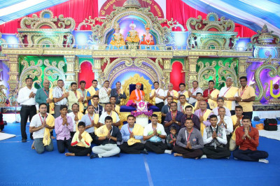 His Divine Holiness Acharya Swamishree blesses disciples from Afirica who have sponsored the scripture recitals