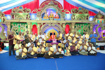 His Divine Holiness Acharya Swamishree blesses disciples from London and Bolton who have sponsored the scripture recitals