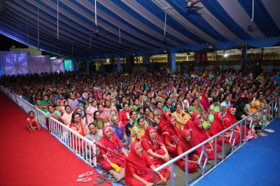 Sankhya Yogi Ladies and thousands of disciples enjoy the evening devotional dance performances