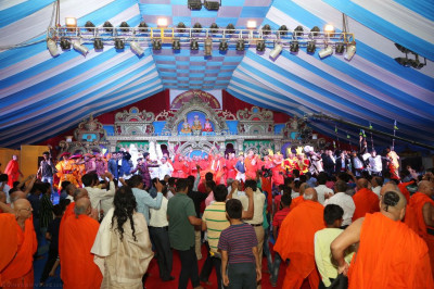 His Divine Holiness Acharya Swamishree, sants and disciples who performed during the evening programme all dance on stage together as all disicples join in the dance