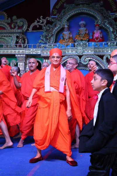 Divine darshan of Acharya Swamishree dancing with sants and disciples on stage