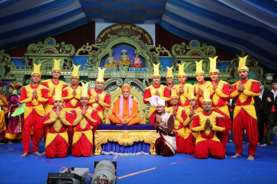 His Divine Holiness Acharya Swamishree blesses disciples who took part in the devotional dances