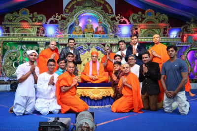 His Divine Holiness Acharya Swamishree blesses sants and disciples who took part in the evening devotional dance performances