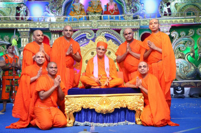 His Divine Holiness Acharya Swamishree blesses sants who helped deliver the evening devotional dance programme