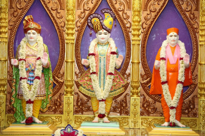 Divine darshan of Lord Shree Swaminarayan, Jeevanpran Shree Abji Bapashree and Jeevanpran Shree Muktajeevan Swamibapa in the new mandir