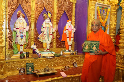 His Divine Holiness Acharya Swamishree with the new publication titled Shree Satsang Mahasabha