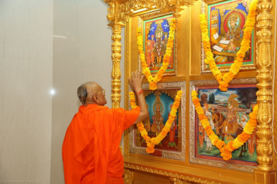 His Divine Holiness Acharya Swamishree completes the maha poojan ceremony of all murti