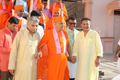 Disciples escort His Divine Holiness Acharya Swamishree to the front of the mandir to perform the official grand opening of the mandir