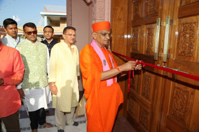 Acharya Swamishree Maharaj cuts the red ribbon